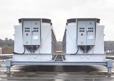 Rückkühler (Zwei Einheiten á 850 KW) mit hocheffizienten Lüftermotoren und adiabatischer Sprühbefeuchtung